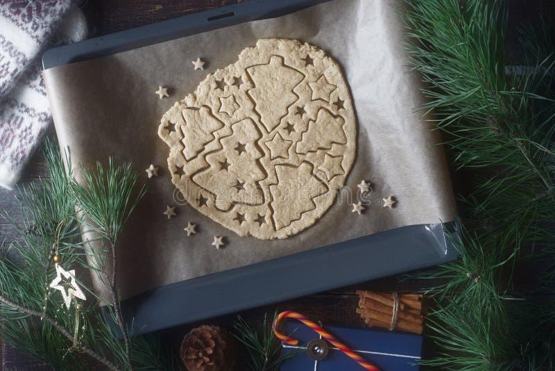 Подготовка печенья рождества на деревянном столе с различной accessorizes стоковое изображение