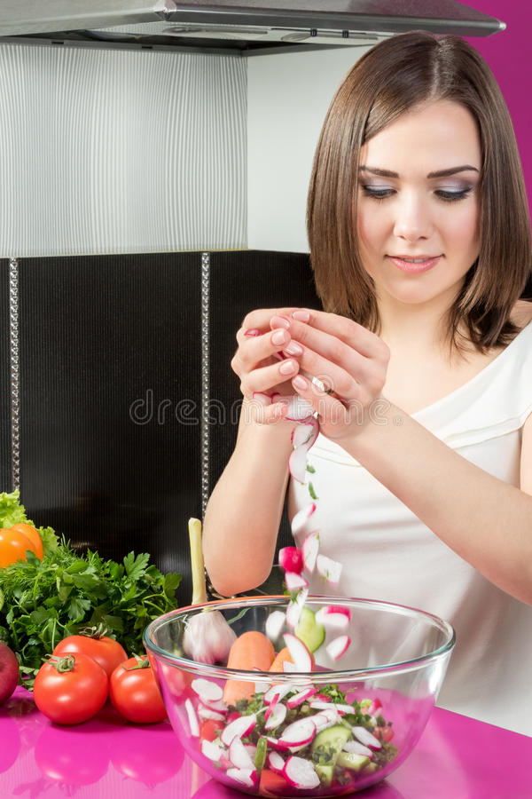Подготовка салата в кухне стоковые изображения rf