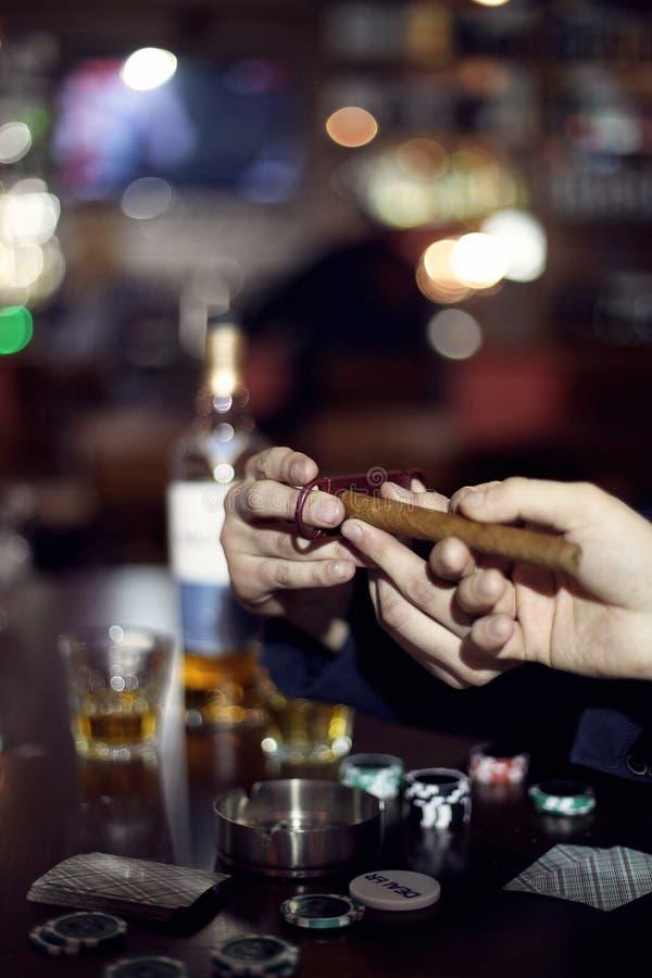 Подготовка сигары стоковые фото