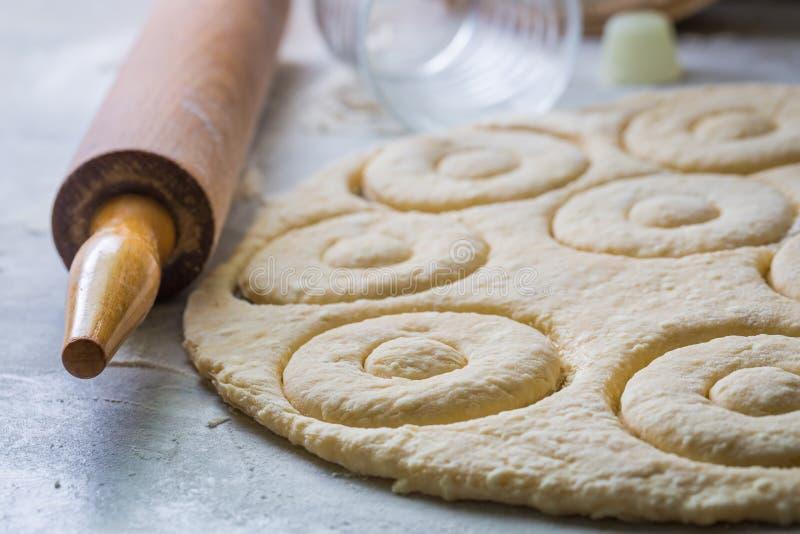 Подготовка для печь yummy и домодельные donuts стоковое изображение rf