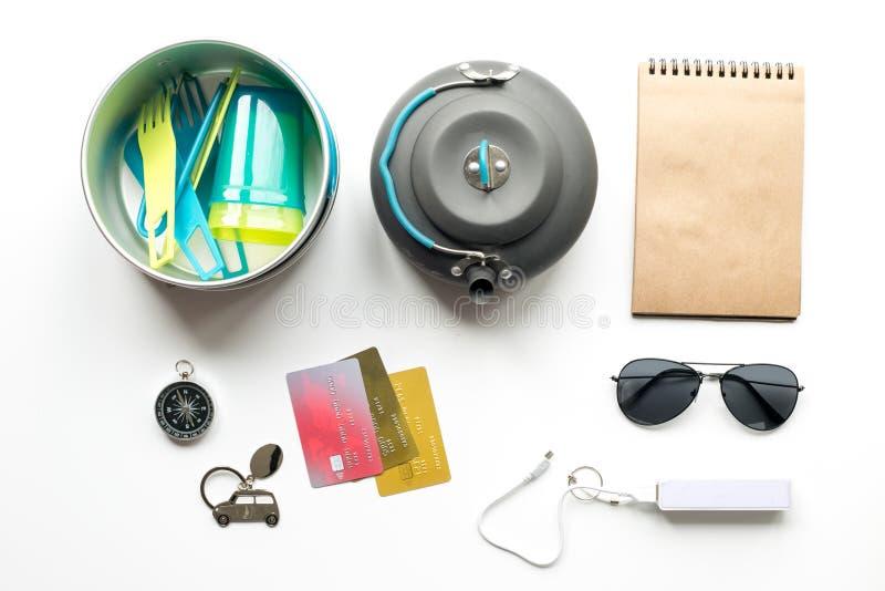 Подготовка для путешествовать с громкоговорителем и солнечными очками на белом взгляд сверху предпосылки стоковое изображение