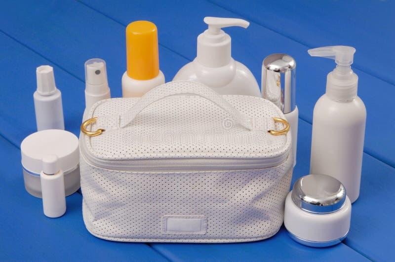 Подготовки белой сумки и косметики стоковое фото