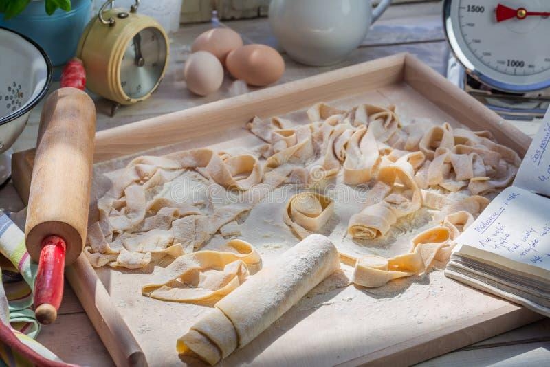 Подготовки для pappardelle сделанного из свежих ингридиентов стоковое фото rf