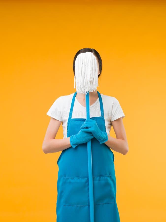 Подготовленная женщина чистки и подготавливает для домашнего хозяйства стоковое изображение