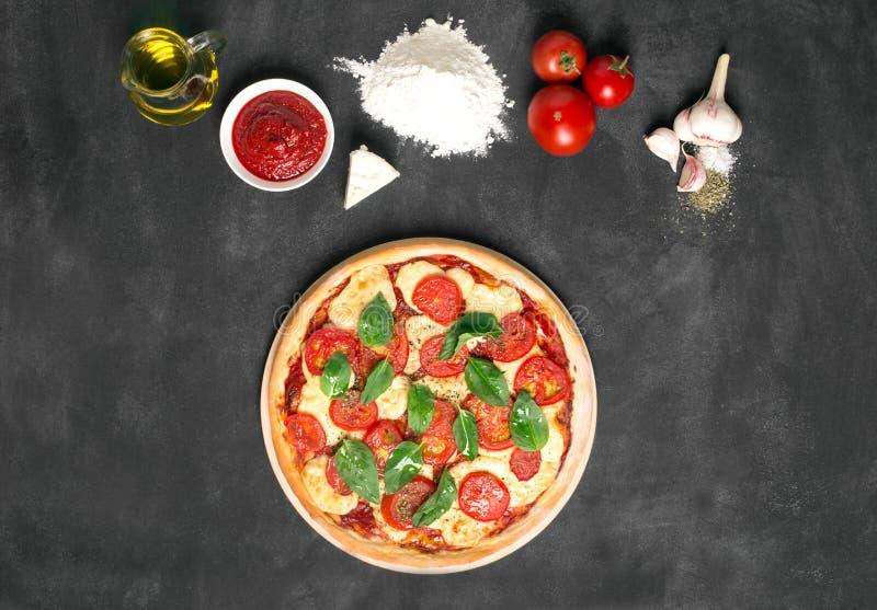 Подготовленная пицца и свои ингридиенты стоковое изображение