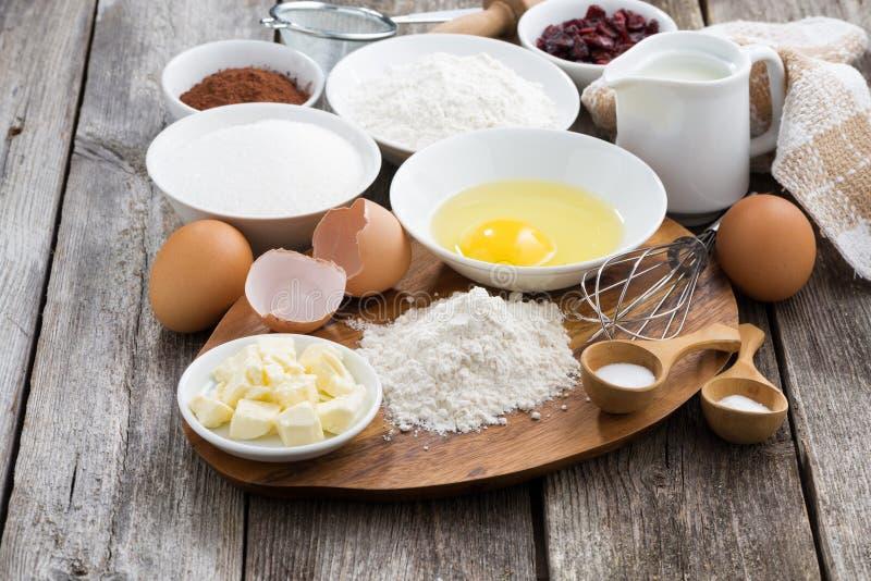 Подготовленные печь ингридиенты на деревянном столе стоковые фото