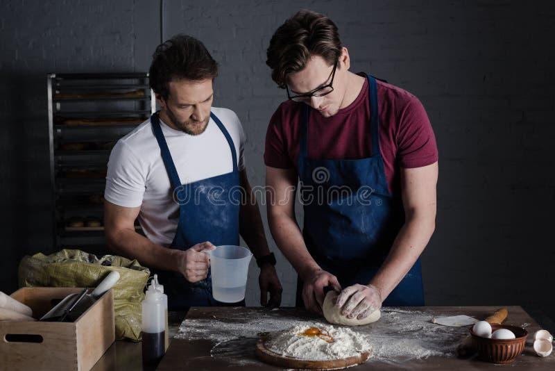 подготовлять теста хлебопеков стоковая фотография rf