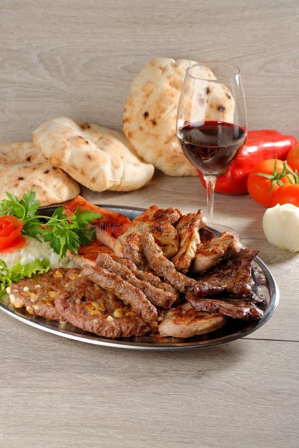 Полезный диск смешанных мяс, балканская еда стоковые фото