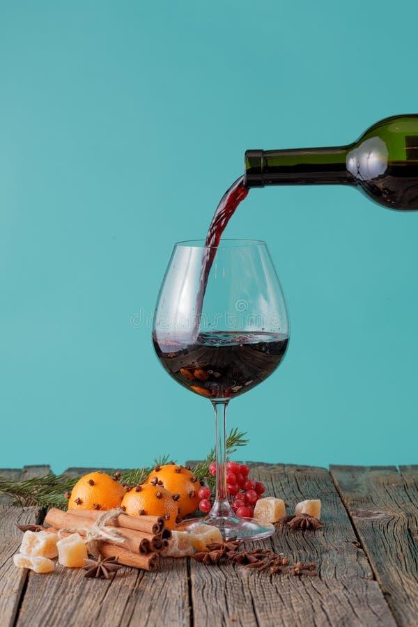 Полейте красное вино в стекло стоковые изображения rf