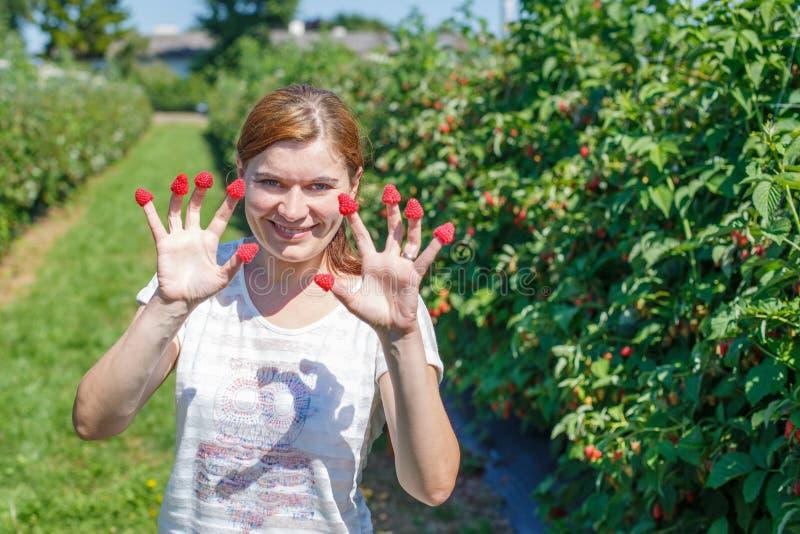 Download Поленики рудоразборки молодой женщины дальше выбирают ферму ягоды в Германии Стоковое Фото - изображение насчитывающей лето, девушка: 37925550