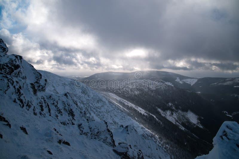 Полдень в горах на зиме стоковые изображения rf