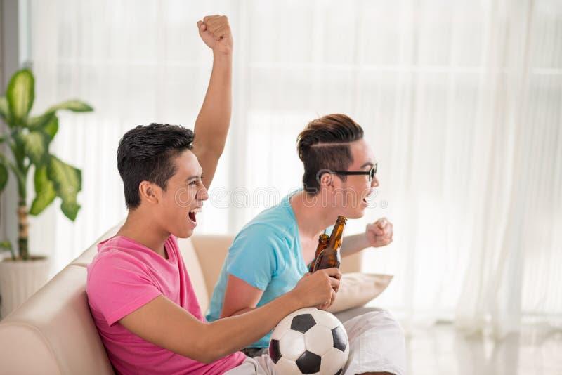 Поддерживая любимая футбольная команда стоковые фотографии rf