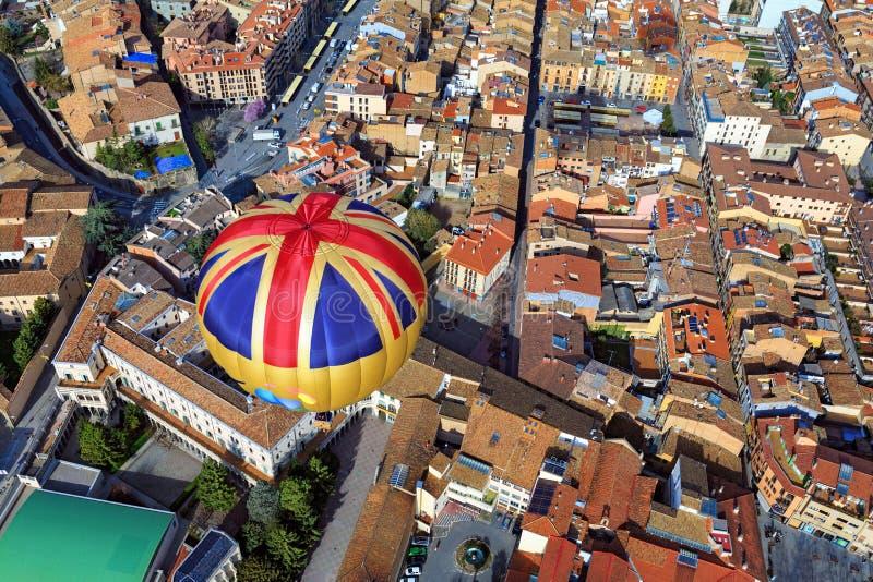 Полет воздушного шара над городом Vic Испания стоковые фотографии rf