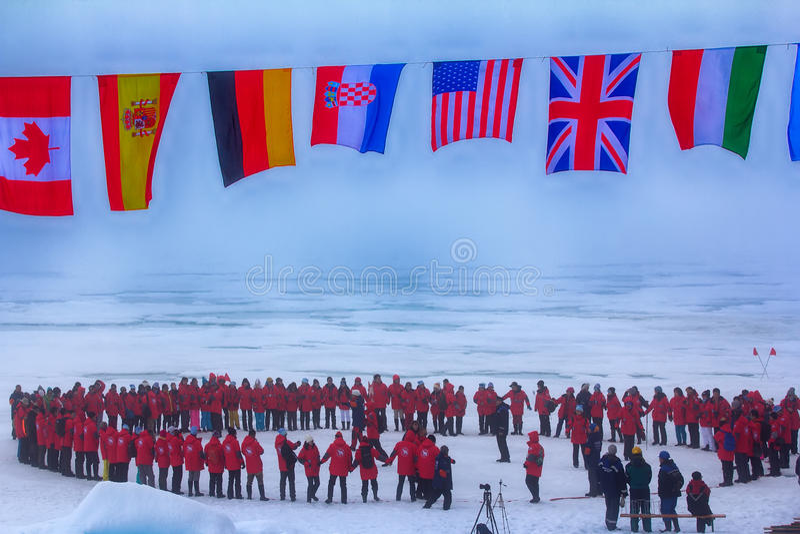 Полет сверх: флаги всех страна-участниц дрожат на северном полюсе Предохранители задней части против полярных медведей стоковое фото