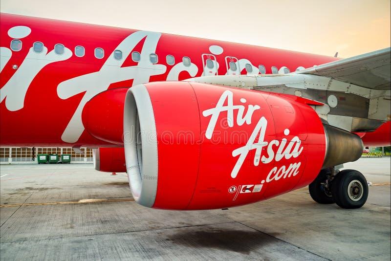 Полет Air Asia в авиапорт стоковые фотографии rf