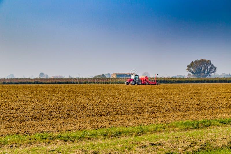 поле вспахивая трактор стоковые изображения rf
