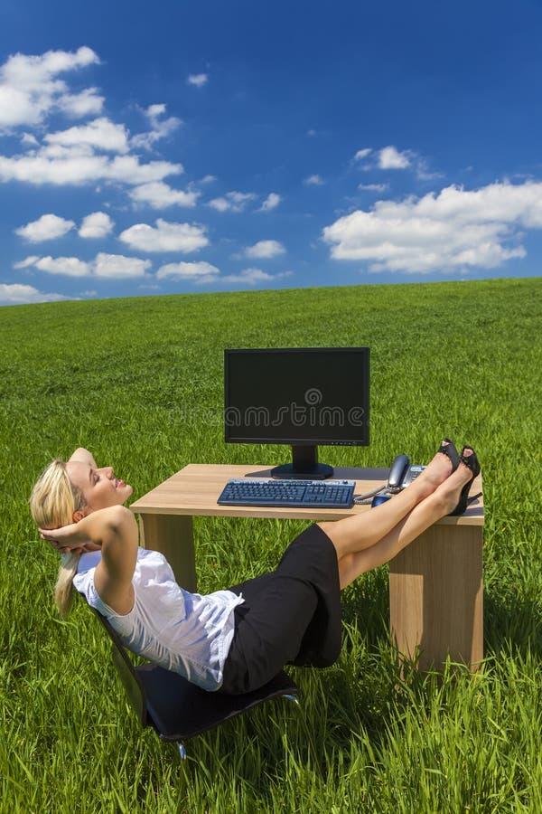 Поле зеленого цвета стола офиса бизнес-леди расслабляющее стоковое изображение rf
