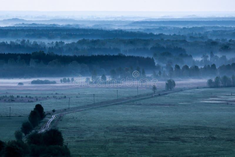 Download Поле утра туманное в утре стоковое фото. изображение насчитывающей горизонтально - 40582226