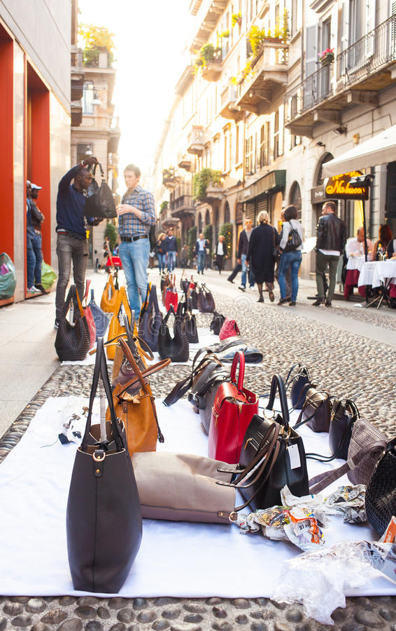 Поддельные итальянские сумки для продаж стоковое фото