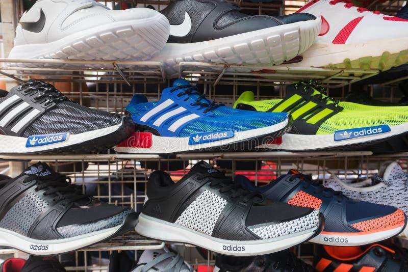 Поддельные идущие ботинки на рынке стоковая фотография rf