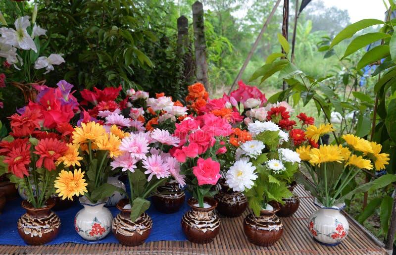 Поддельные красочные цветки стоковые фото