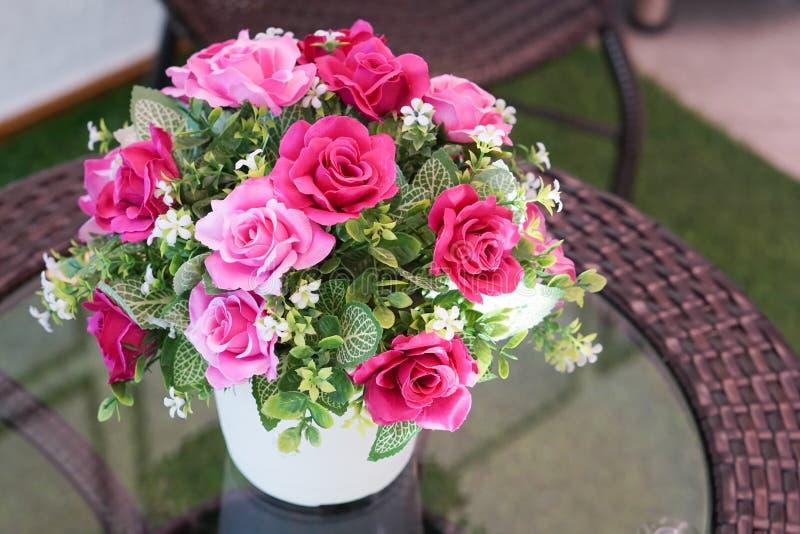 Поддельный цветок и флористическая предпосылка стоковое изображение rf