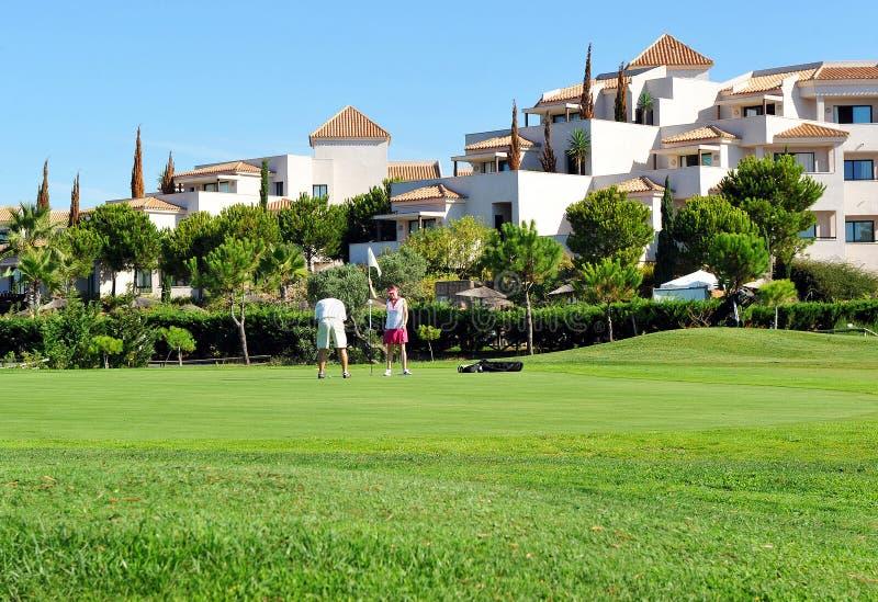 Поле для гольфа, пара игроков в гольф, Андалусия, Испания стоковое изображение