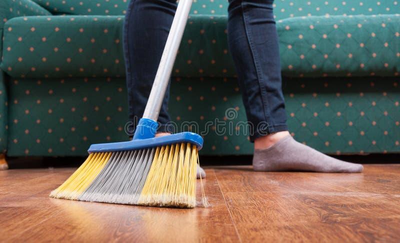 Пол женщины чистки широкий деревянный стоковые изображения rf