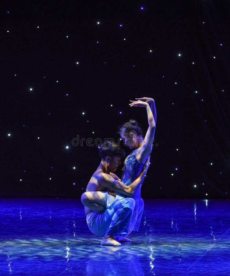 Под звезд-современным танцем стоковое изображение rf