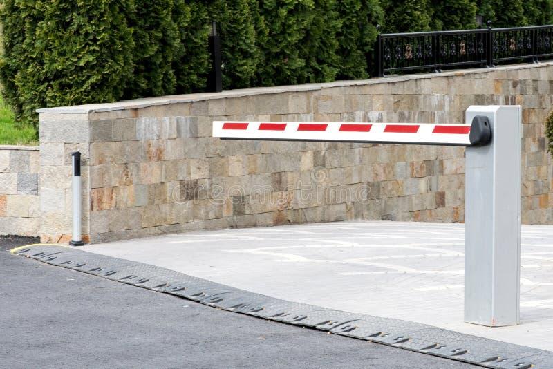 Подземный взгляд стороны барьера входа автостоянки стоковая фотография
