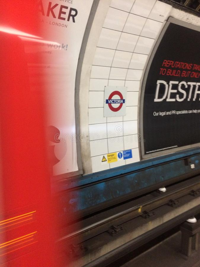 Подземный поезд трубки приезжая на станцию Виктории, Лондон стоковая фотография rf