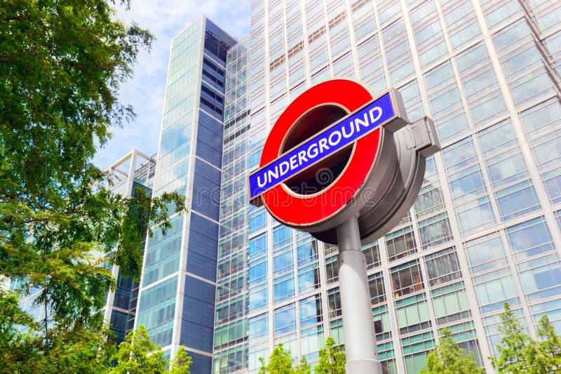 Подземный подпишите внутри район канереечного причала финансовый в Лондоне, Великобритании стоковые изображения rf