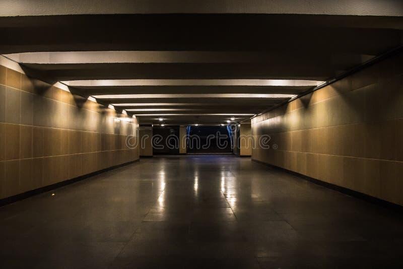 Подземный проход загоренный лампами света ночи стоковое фото