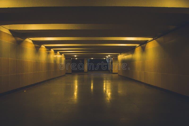 Подземный проход загоренный лампами света ночи стоковые изображения rf