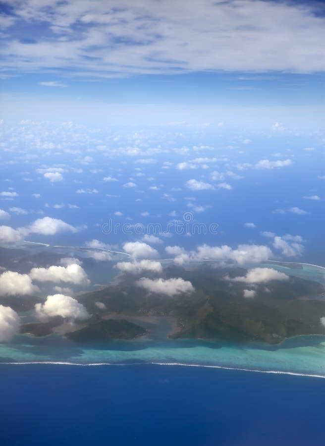 полинезия Атолл в океане через облака вид с воздуха стоковые изображения rf