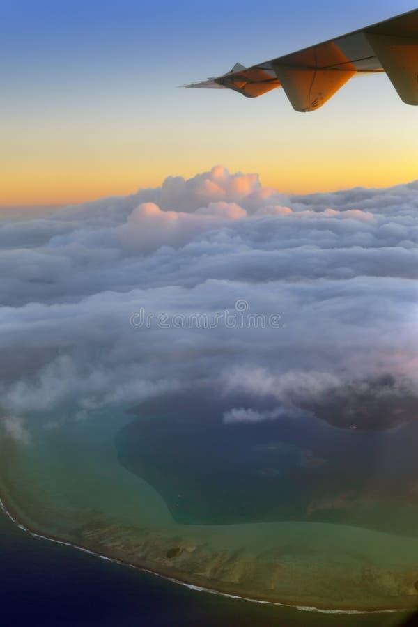 полинезия Атолл в океане через облака вид с воздуха стоковая фотография