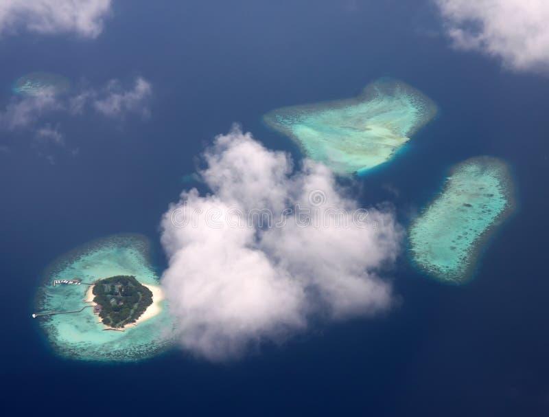 полинезия Атолл в океане через облака стоковое изображение rf