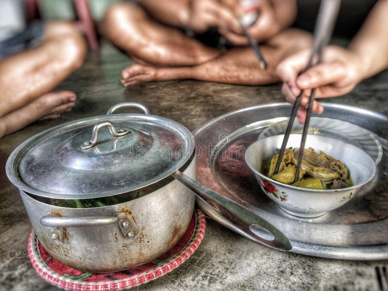Подлинный вьетнамец homecooked еда наслаженная с друзьями стоковые изображения