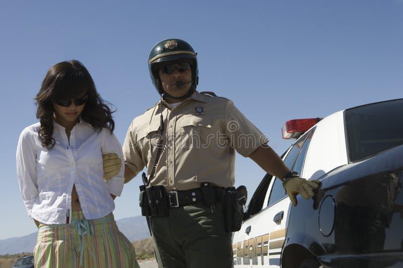 Полисмен арестовывая женского водителя стоковая фотография rf