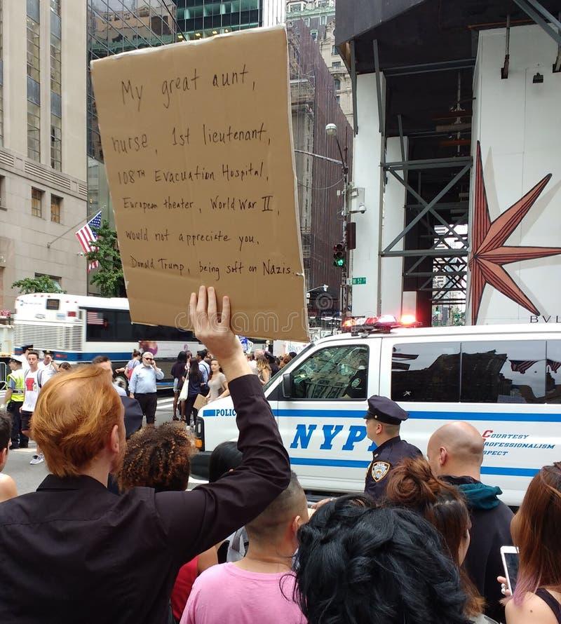 Политический митинг против Дональд Трамп и превосходства белой расы, NYC, NY, США стоковые изображения