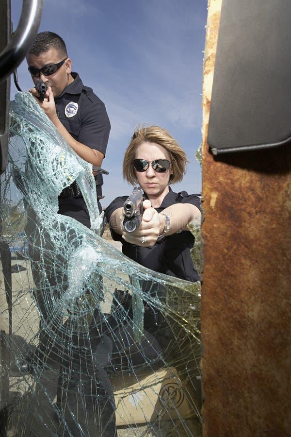 Полицейские направляя оружи стоковая фотография rf