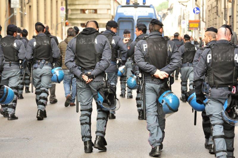 Полицейскии и их автомобили на улицах Италии стоковое фото rf