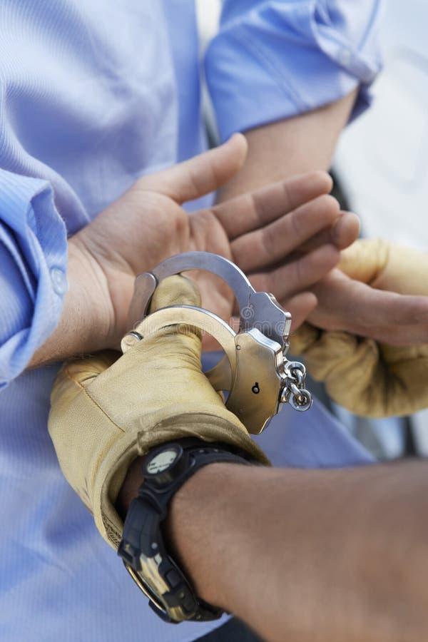 Полицейский арестовывая преступника стоковое фото rf