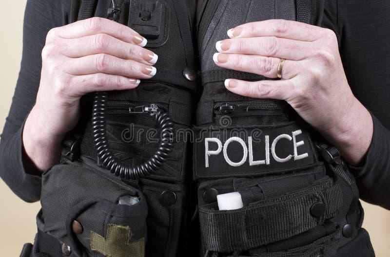 Полицейский в тактической куртке стоковые изображения