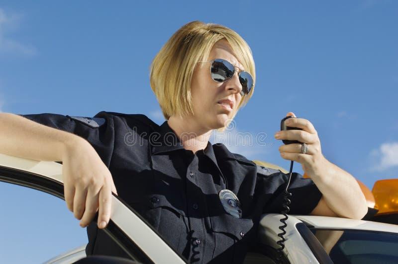 Полицейский используя двухстороннее радио стоковые фотографии rf