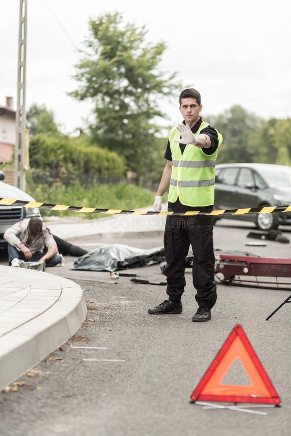 Полицейский на сцене дорожного происшествия стоковые изображения