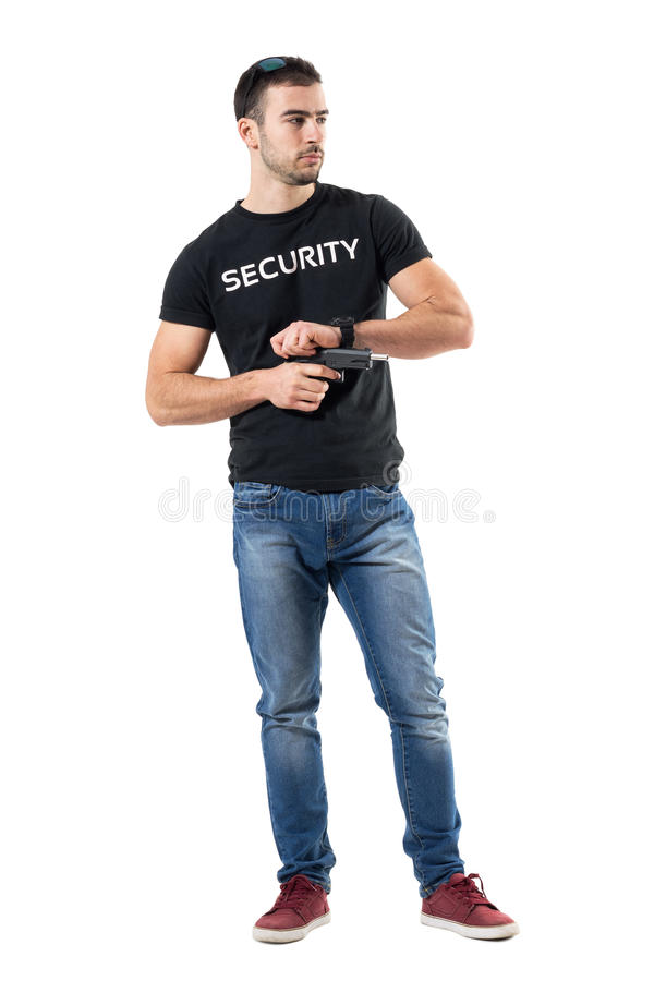 Полицейский прикрытия взводя курок оружию смотря прочь стоковое фото