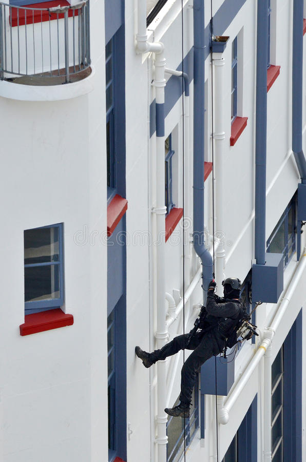 полицейский Противо-терроризма abseiling здание стоковая фотография