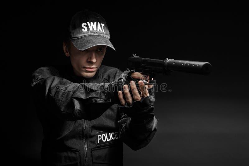 Полицейский СВАТ с пистолетом стоковое фото rf