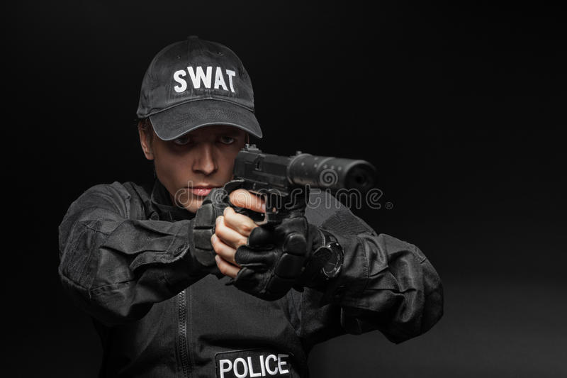 Полицейский СВАТ с пистолетом стоковые фотографии rf